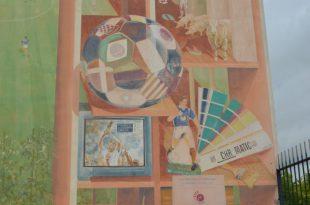 トロフィを掲げたフランス人監督ジャケの壁画