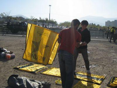 セパハンの旗を記念に買うレッズサポーター