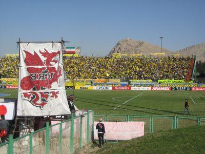 黄色いスタンドとレッズの旗