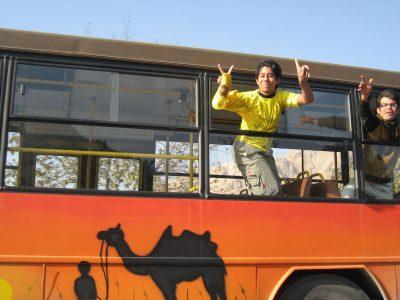 バスからVサインをするイラン人ファン