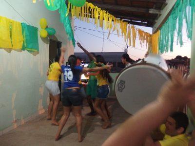 踊りながら試合を楽しむクイアバの一家