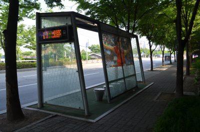 パク・チソンが描かれたバス停