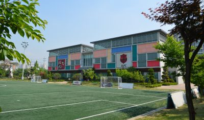 パク・チソン・アカデミーの建物全景