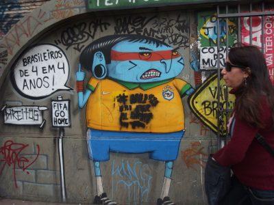 ワールドカップ反対を訴える壁画。
