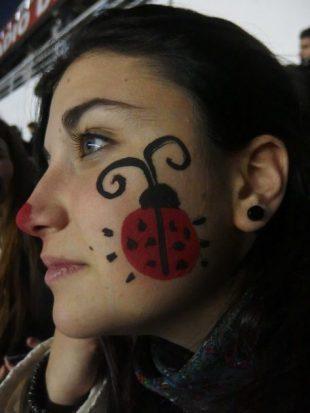 てんとう虫をほっぺに描いたアルゼンチン人女性