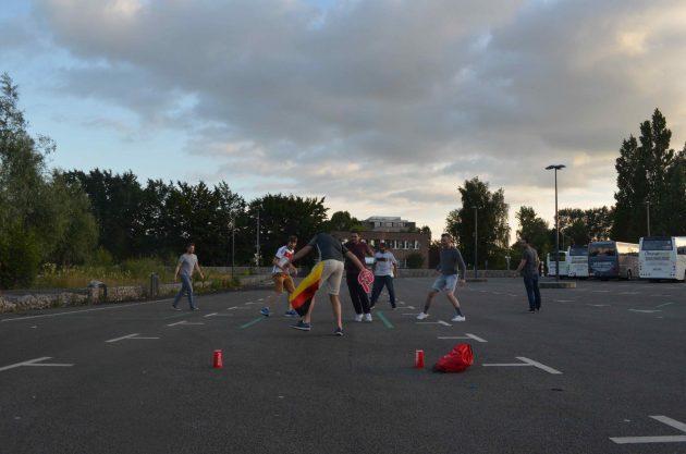 試合観戦後に駐車場でサッカーをするドイツ人たち