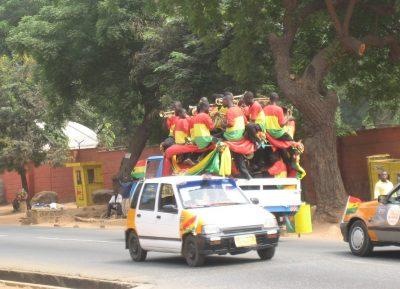 ミニトラックに乗ったガーナの楽団