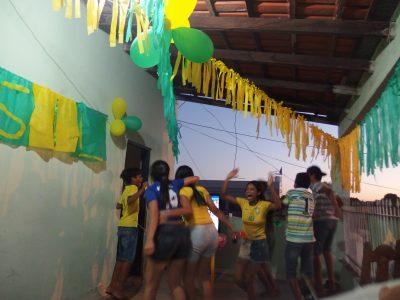 ブラジルのゴールに狂喜するクイアバの一家