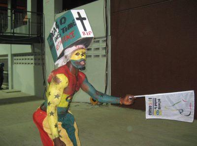 ナイジェリアの棺桶を頭に載せた男