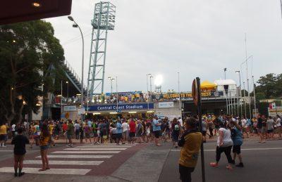 スタジアムに集まる地元の人々