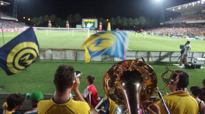 旗を振るファンと楽団