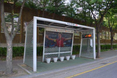 パク・チソンが描かれたバス停、前から