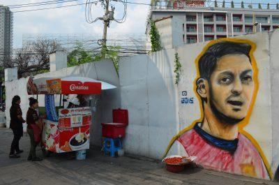 アイスクリーム屋の隣のエジル壁画