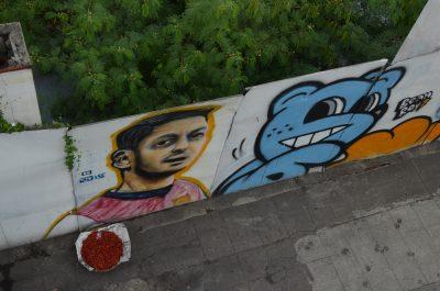 歩道橋から見降ろしたエジル壁画