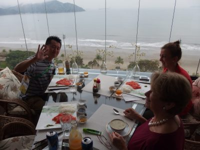 サントス湾を望む高級マンションで食事