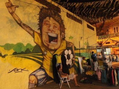 屋台前のサッカー少年