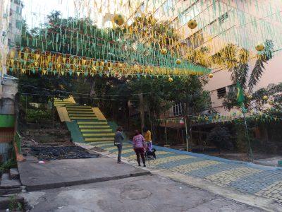 黄色と緑のカナリア色に染まったリオの階段