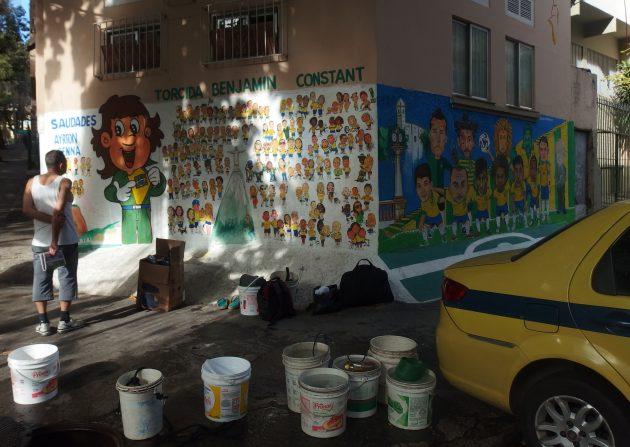 住民とブラジル代表壁画の街角